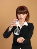 Mulher de negócios nova que prende o hourglass quebrado foto de stock royalty free