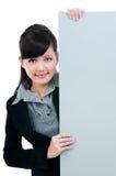 Mulher de negócios nova que prende o quadro indicador em branco fotografia de stock