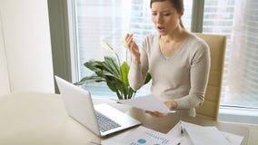 Mulher de negócios nova que recebe a observação de destituição, letra com más notícias vídeos de arquivo