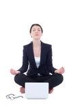 Mulher de negócios nova que senta-se na pose da ioga com o portátil isolado sobre fotografia de stock royalty free