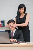Mulher de negócios nova que senta-se na tabela e que flerta Fotografia de Stock