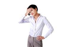 Mulher de negócios nova que sofre uma dor de cabeça Imagens de Stock Royalty Free
