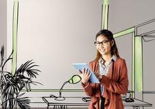 mulher de negócios nova que sorri com a tabuleta na frente do modelo do escritório novo Foto de Stock Royalty Free
