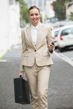 Mulher de negócios nova que sorri na câmera Fotos de Stock