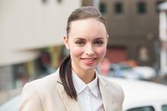 Mulher de negócios nova que sorri na câmera Imagem de Stock Royalty Free