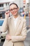 Mulher de negócios nova que sorri na câmera Imagens de Stock Royalty Free
