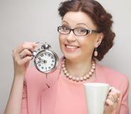 Mulher de negócios nova que tem uma café-ruptura imagens de stock