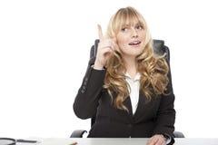 Mulher de negócios nova que tem uma descoberta fotografia de stock
