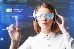 A mulher de negócios nova que trabalha em vidros virtuais, seleciona os testes do software do ícone na exposição virtual fotografia de stock royalty free