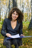 Mulher de negócios nova que trabalha na natureza. Imagens de Stock Royalty Free