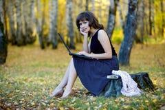 Mulher de negócios nova que trabalha na natureza. Imagens de Stock