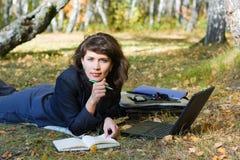 Mulher de negócios nova que trabalha na natureza. Foto de Stock Royalty Free