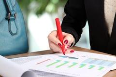 Mulher de negócios nova que trabalha no escritório, sentando-se em sua mesa, imagens de stock royalty free