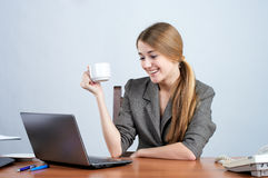 Mulher de negócios nova que trabalha sobre foto de stock royalty free