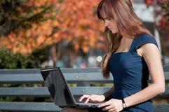 Mulher de negócios nova que usa o caderno Fotografia de Stock