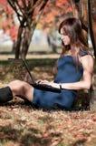 Mulher de negócios nova que usa o caderno Imagem de Stock