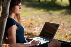 Mulher de negócios nova que usa o caderno Imagens de Stock Royalty Free