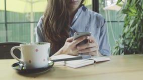 Mulher de negócios nova que usa o smartphone filme