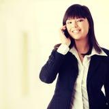 Mulher de negócios nova que usa o telefone de pilha Fotografia de Stock