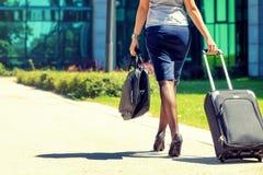 Mulher de negócios nova que vai à reunião de negócios Imagem de Stock