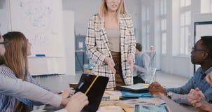 Mulher de negócios nova segura atrativa do CEO que junta-se à reunião multi-étnico da equipe do pessoal, introduzindo o proje video estoque