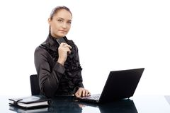 Mulher de negócios nova segura na mesa Foto de Stock Royalty Free