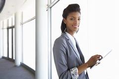 Mulher de negócios nova Standing In Corridor do escritório moderno Buildi Imagem de Stock Royalty Free