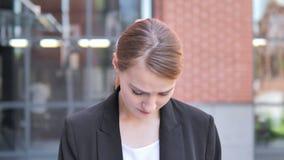 Mulher de negócios nova Upset pela perda exterior video estoque