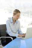 Mulher de negócios nova At Workplace Fotos de Stock