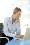 Mulher de negócios nova At Workplace Fotos de Stock Royalty Free