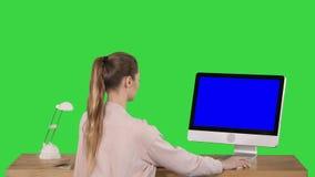 Mulher de negócios ocasional atrativa que trabalha no escritório usando a exposição em uma tela verde, chave do modelo da tela az filme