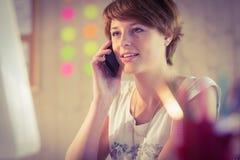 Mulher de negócios ocasional que tem um telefonema Imagens de Stock