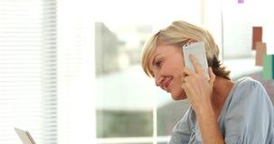 Mulher de negócios ocasional que usa o telefone celular video estoque