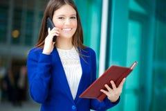 Mulher de negócios ocupada no trabalho imagens de stock