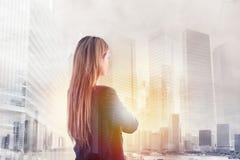 A mulher de negócios olha distante para o futuro imagens de stock