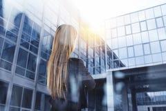 A mulher de negócios olha distante para o futuro da empresa fotografia de stock