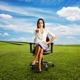 Mulher de negócios olhando de sobrancelhas franzidas Imagens de Stock