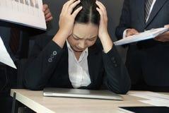 Mulher de negócios oprimida com o trabalho duro esforço sobrecarregado do sofrimento da mulher neutralização esgotada do secretár imagem de stock royalty free