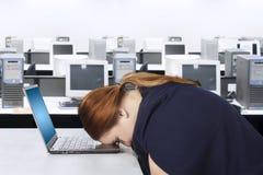 A mulher de negócios parece cansado no escritório imagens de stock