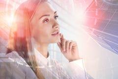 Mulher de negócios pensativa, arranha-céus, hud fotografia de stock