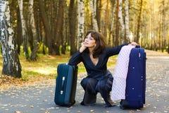 Mulher de negócios pensativa com uma bagagem. Fotos de Stock