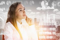 Mulher de negócios pensativa na cidade, infographics fotos de stock