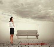 Mulher de negócios pensativa que olha a seta Imagem de Stock Royalty Free