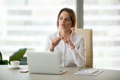Mulher de negócios pensativa que pensa das ideias novas que planeiam i futuro imagens de stock