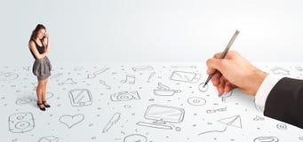 Mulher de negócios pequena que olha ícones e símbolos tirados à mão Imagens de Stock