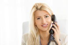 Mulher de negócios Phoning foto de stock