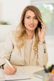 Mulher de negócios Phoning In Office foto de stock royalty free