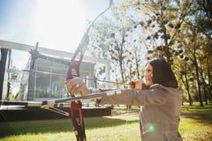 Mulher de negócios Pointing The Target com curva e seta Imagens de Stock Royalty Free