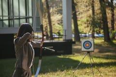 Mulher de negócios Pointing The Target com curva e seta Imagem de Stock Royalty Free