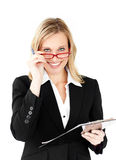 Mulher de negócios positiva que prende uma prancheta Fotografia de Stock Royalty Free